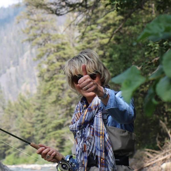 une femme en train de pêcher qui lève le peau, une belle peau à prix doux