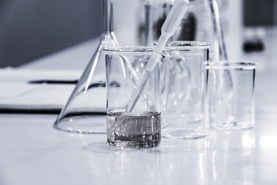 éprouvettes transparentes de laboratoire