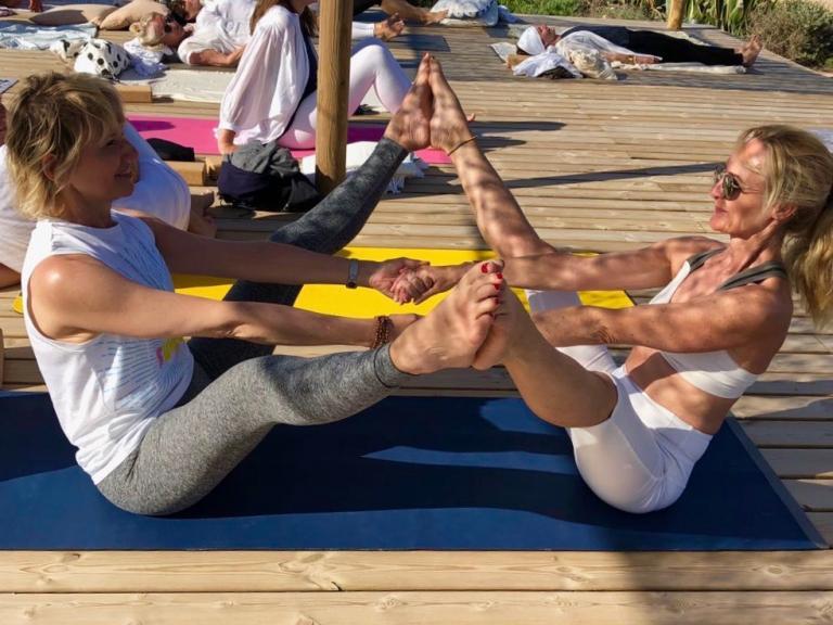 2 femmes en tenue de yoga, faire du yoga