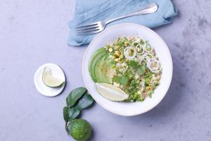 assiette blanche, nappe et serviette bleues, citron vert, fourchette, quinoa, avocat