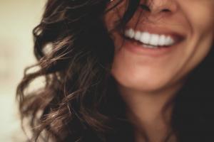 8 astuces pour garder un beau sourire éclatant après 50 ans